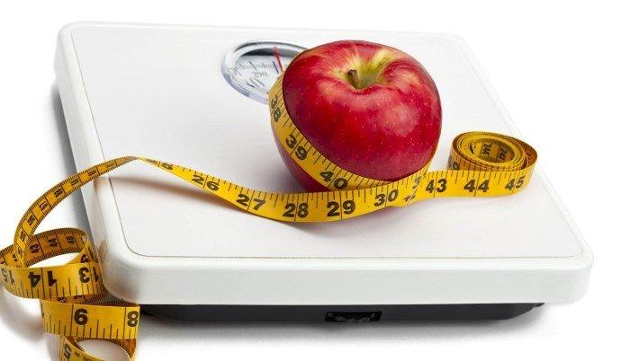 Весы, яблоко, измерительная лента