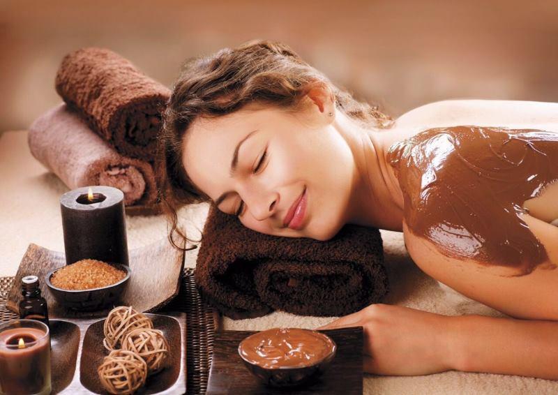 Девушка и обертывание с какао