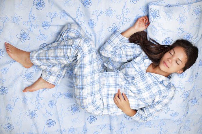 Девушка спит в пижаме