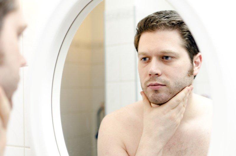 Мужчина возле зеркала