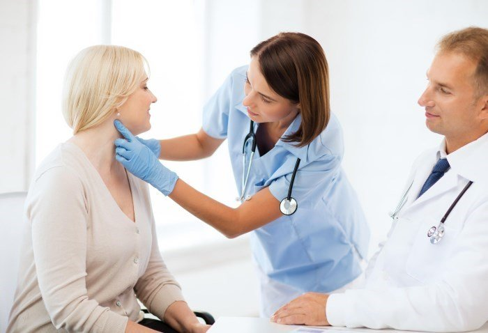 Осмотр кожных покровов и кровяных пятен на приеме у дерматолога