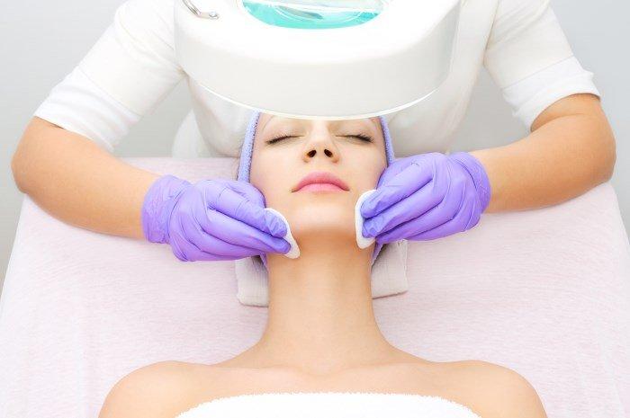 Процедура у косметолога по лечению проблемной кожи