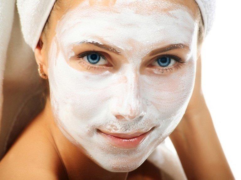 девушка в белой косметической маске