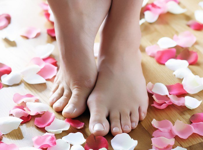Ноги и лепестки роз