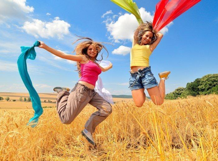 Девушки с разноцветными тканями