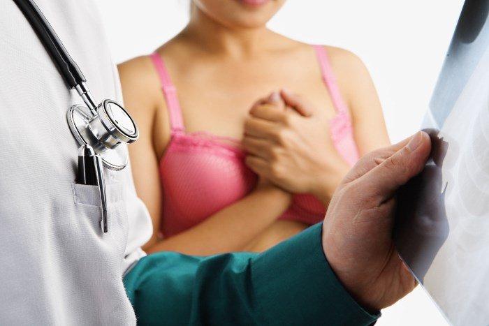 Женщина на приеме у врача-маммолога