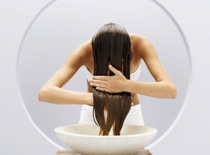 Смывание перекиси с волос