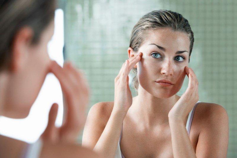 Пигментация лица, женщина перед зеркалом