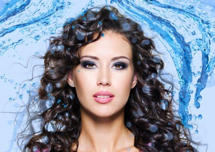 Девушка с длинными волосами и вода