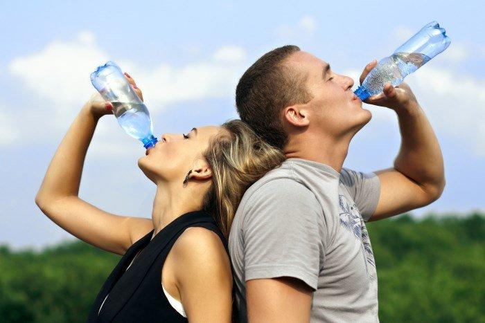 Увлажнение кожи изнутри, парень и девушка пьют воду
