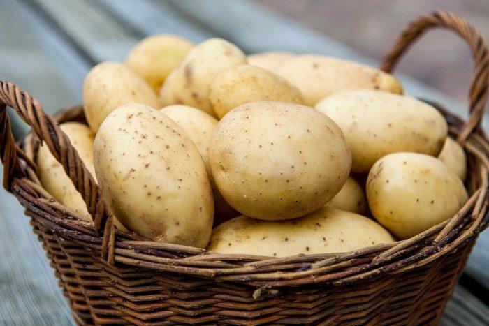 Картофель в плетеной корзине