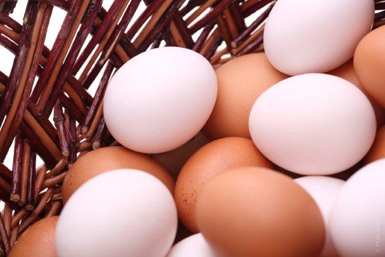 Яйца в плетеной корзинке