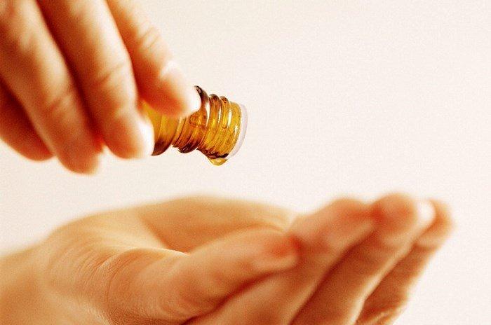 Эфирное масло в руках