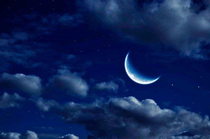 Растущая луна на небе