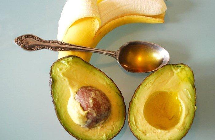 Банан, авокадо и мед в ложечке