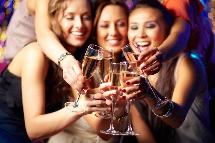 Веселая компания с бокалами шампанского
