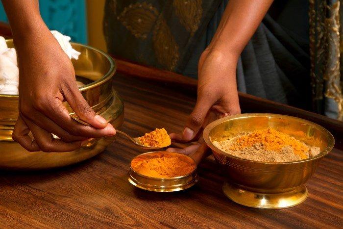 Индийская смесь с куркумой против роста волос