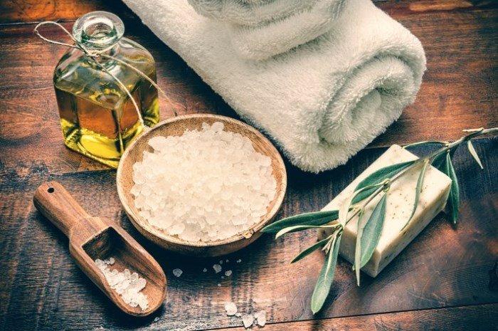 Каменная соль, масло, полотенце и мыло