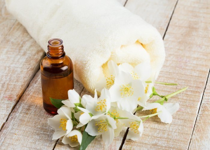 Жасминовое масло, цветы и полотенце