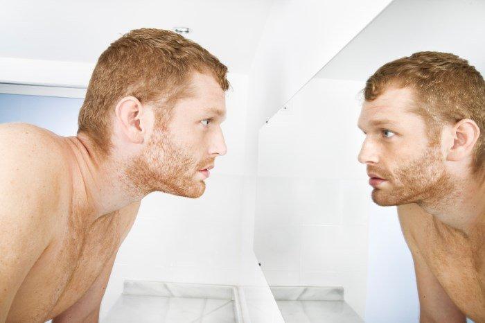 Мужчина перед зеркалом