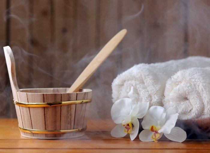Банный пар, полотенца, цветы
