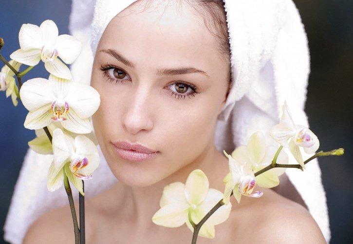 Девушка с полотенцем на голове и цветы
