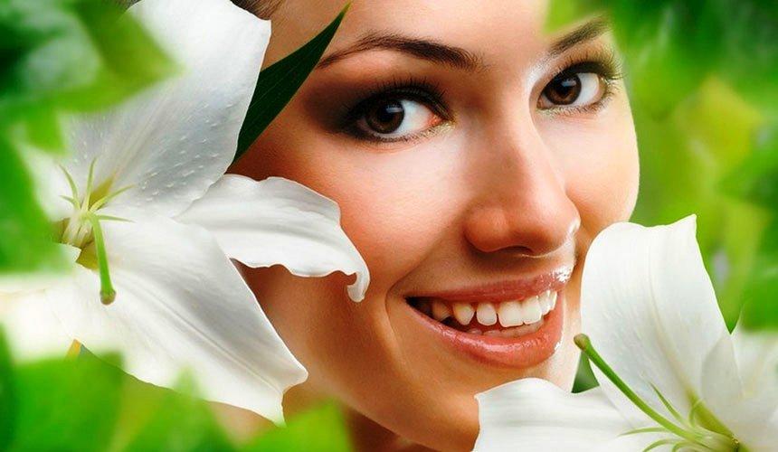 девушка и белые лилии