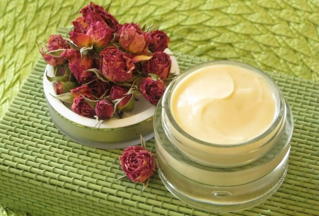 С воспалительными процессами и другими кожными высыпаниями поможет справиться экстракт липы, ромашки, тыквенных семечек;.