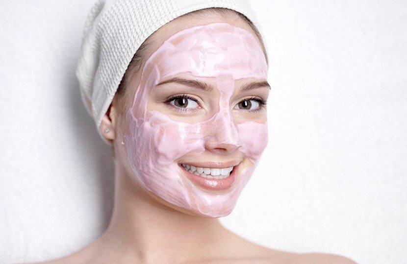 Девушка с розовой маской на лице