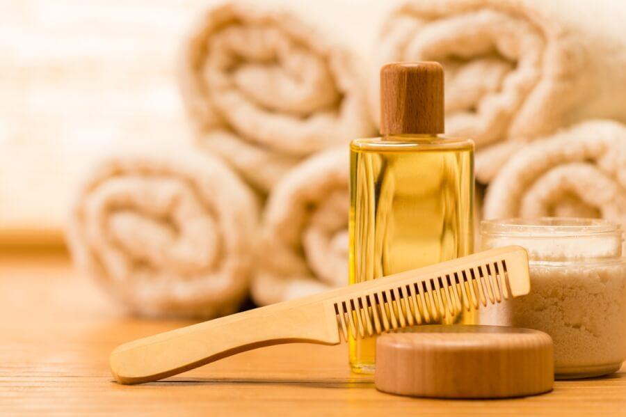 Масло и деревянная расческа для волос