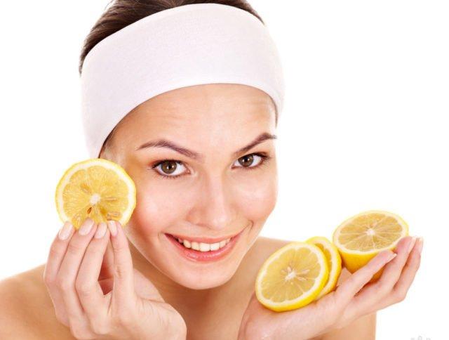 Для осветления кожи достаточно отжать сок из лимона и ватным диском протереть лицо