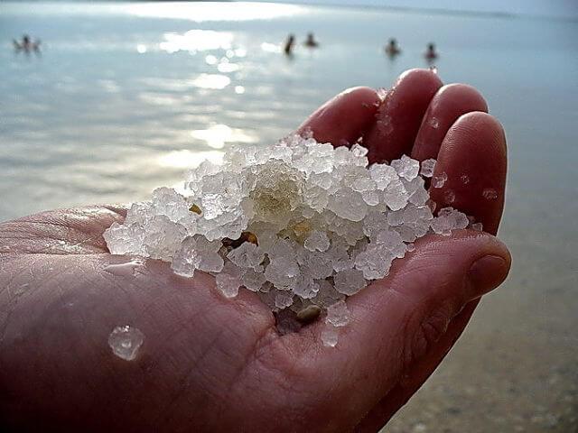 В морской соли в огромных количествах содержится йод и натрий, селен и кальций, железо и цинк, а также много других полезных микроэлементов для нашего организма