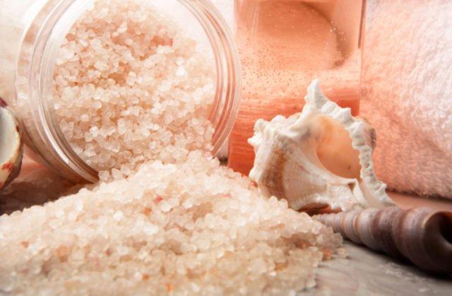 Также соль – это настоящая находка для обладателей жирных волос, потому что она абсорбирует жир и насыщает волосы энергией