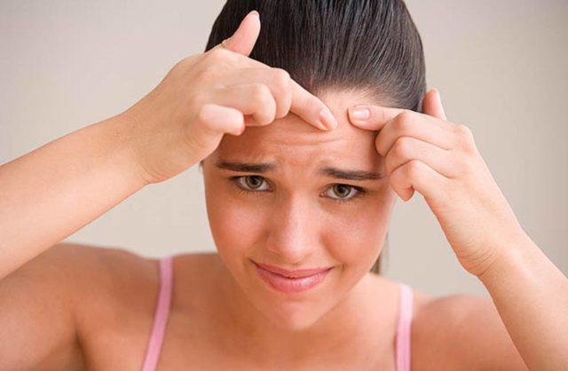 Пытаясь вывести наружу загрязнения и гнойные воспаления из поры, вы повреждаете здоровую дерму ногтями, а также заносите внутрь поры микробы