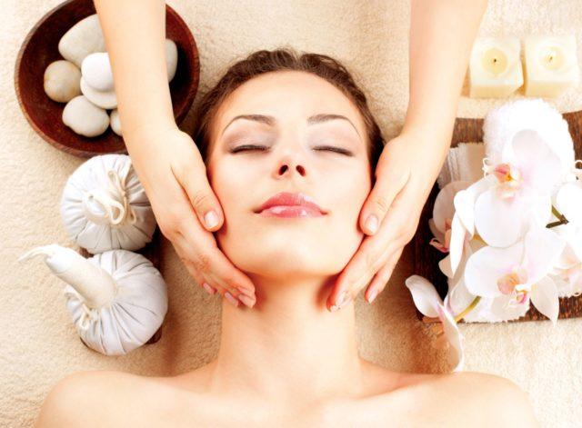 Массировать лицо необходимо перед ночным сном: кожа расслабится, утренние отеки не появятся