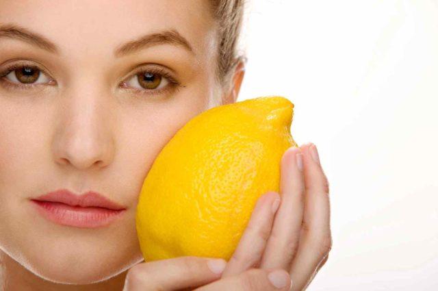 Чтобы убрать пигментацию, нужно протирать кожу ватным диском, смоченным в лимонном соке