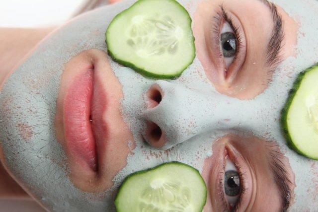 Из глины нужно делать маски для лица, которые помогают выровнять тон кожи и удалить участки пигментации