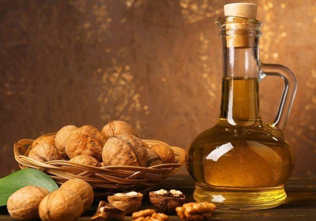 Постоянное применение этого масла омолаживает организм, способствует снижению уровня холестерина, выводит радионуклиды, усиливает защитные функции организма