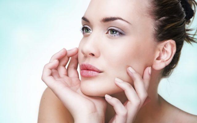 Антиоксидантные и регенерирующие свойства обеспечиваются наличием серьезного арсенала витаминов и активных элементов, которые воздействуют на кожу комплексно