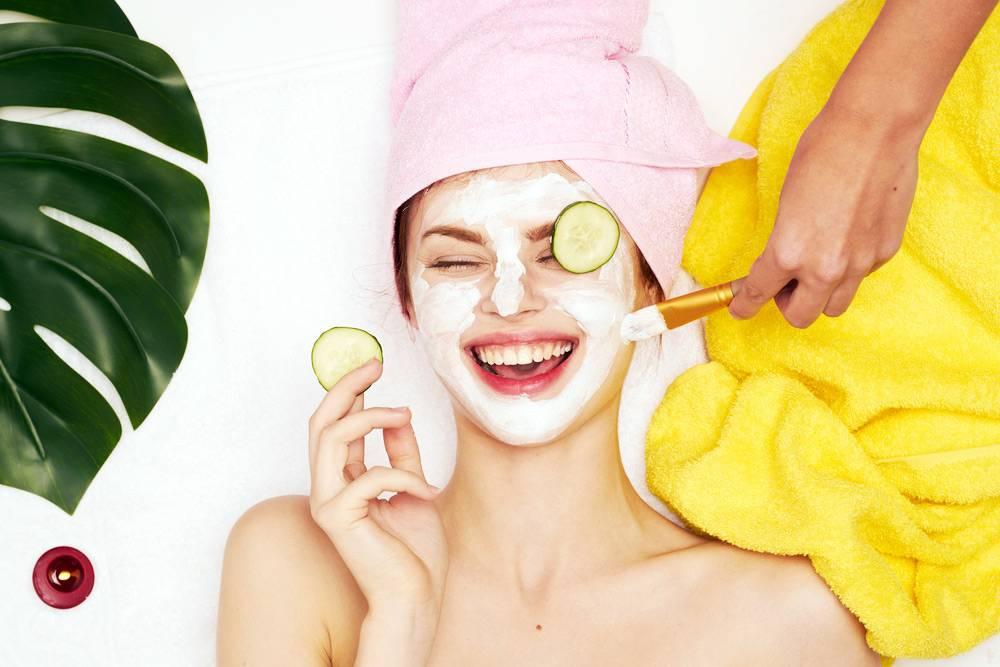 Девушке наносят на лицо маску