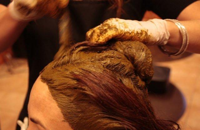 Окрасить волосы хной весьма просто, вы легко справитесь с этим в домашних условиях