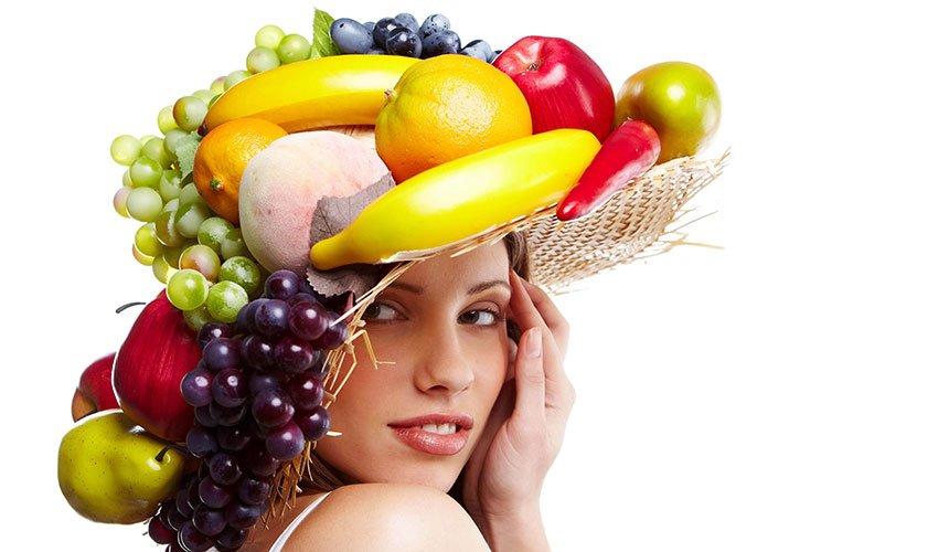 Девушка с фруктовой шляпкой на голове