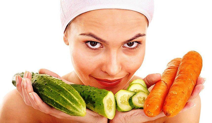 Девушка с овощами на ладонях