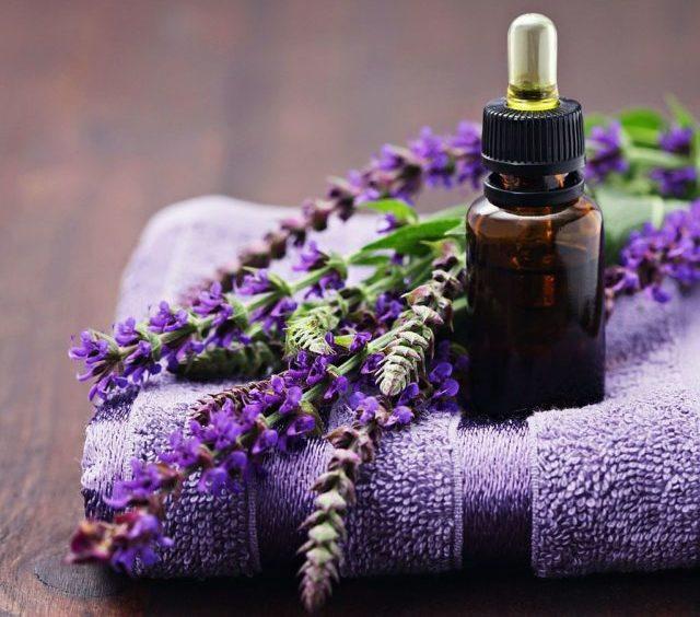 Эфирные масла обладают уникальными свойствами, которые помогают восстановить локоны, а также сделать их блестящими и красивыми