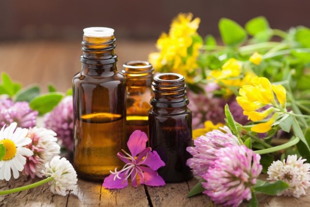 Если вы ищите полезные эфирные масла, которые помогут заботиться о здоровье локонов, необходимо выбирать их, основываясь на состоянии и типе волос