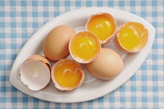 Яичные желтки в скорлупе