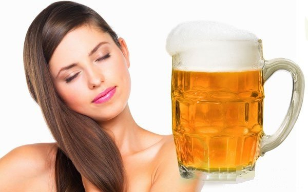 Девушка с красивыми волосами и пиво