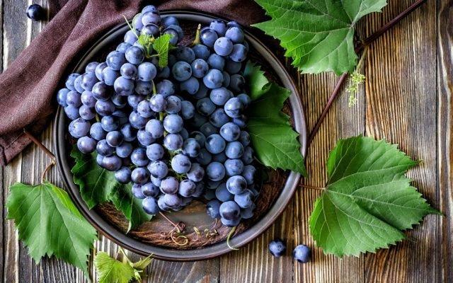 гронки винограда в миске