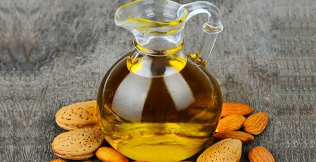 Миндальное масло в кувшине