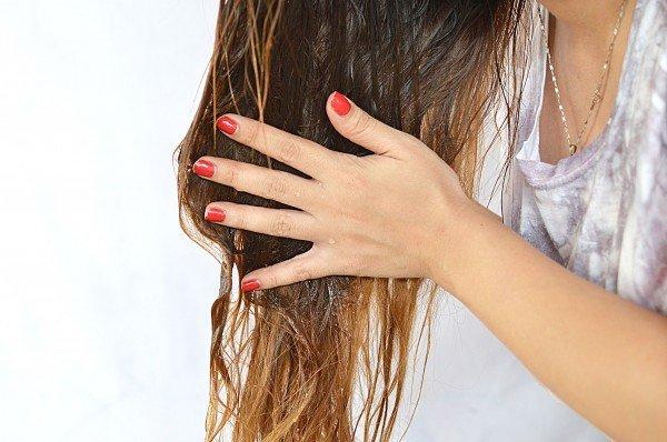 Девушка ухаживает за волосами